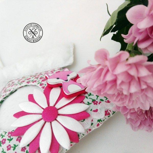Textil madárházikó fali dísz - 3590 Ft  Bájos, vidám, kézzel varrott fali dekoráció pink-fehér színben. A házikót virág, róka, gyöngyök és fa madárka figura díszíti. Kedves éke lehet otthonod bármely pontjának. A fali dísz hossza: 19,5 cm (+ akasztó)