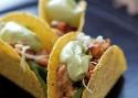 Taco's met rucola, spinazie en witte kool, kruidig kippengehakt en avocado-yoghurtsaus