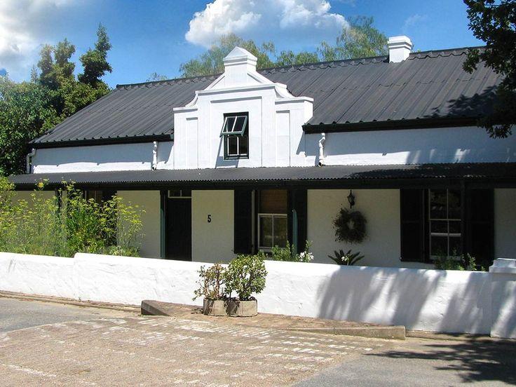 Roosje van de Kaap is een traditioneel huis in Swellendam dat mooi is gerestaureerd tot gastenhuis met kamers rond een zwembad.