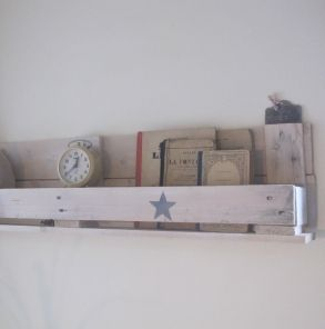 Etag re en palette shelf made with a pallet meubles et for Meuble patio palette