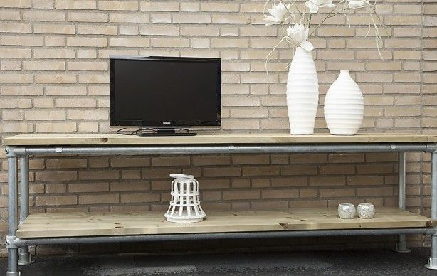 Moderne en stijlvolle steigerbuis tv meubel, dat uitstekend past bij deze moderne tijd. Het steigerbuis tv meubel heeft, met een lengtemaat van 210 cm, twee schappen om uw apparatuur op te plaatsen. Het steigerhout geeft een stoere uitstraling, wat het eigentijdse ontwerp nog eens benadrukt. Wij bieden de steigerbuis tv meubel zowel met voetplaat als met inslagdop aan.  Vanwege het geschaafde steigerhout is het meubel zeer gebruiksvriendelijk en netjes afgewerkt.