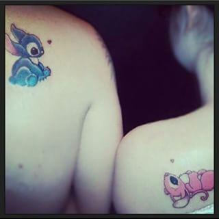 Ce couple d'amoureux Lilo et Stitch. | 18 tatouages de couple inspirés par Disney