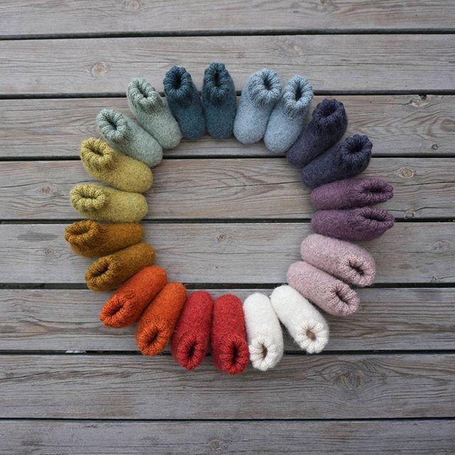 En ring af farverige og bløde baby futter 🍁 Perfekt til efterårets kolde dage. Fra strikkebogen STRIK EN REGNBUE  #strikenregnbue #babysutsko #strikkebog #strikkeopskrift #regnbue #knitforbaby #strikk #striktilbaby #filt #fallknits #🍁 #petitesomething