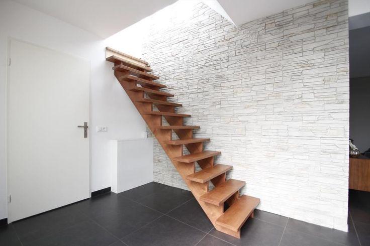 Vrijstaande eengezinswoning met een prachtige door architect ontworpen voorgevel (2015) en verrassend ruim woongedeelte met volledig gemoderniseerde woonkamer, serre, keuken en bijkeuken. De woning heeft een ruime inpandig bereikbare garage, werkruim