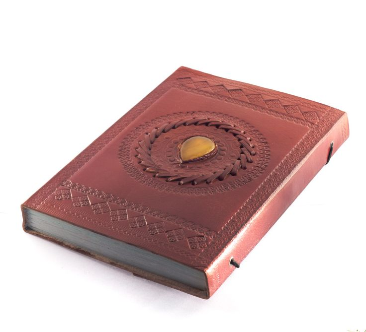 Mooi groot lederen boek met ingewerkte Agaat edelsteen in de kaft, met bladeren uit handgeschept papier. Kan dichtgedaan worden met behulp van een koord aan de achterzijde.Afmetingen: 23cm x 15,5cm x 2,5cmEen 'Book of Shadows' wordt gebruikt om teksten en instructies voor magische rituelen te noteren. Het is een boek dat heksen gebruiken om hun persoonlijke spreuken vast te leggen.