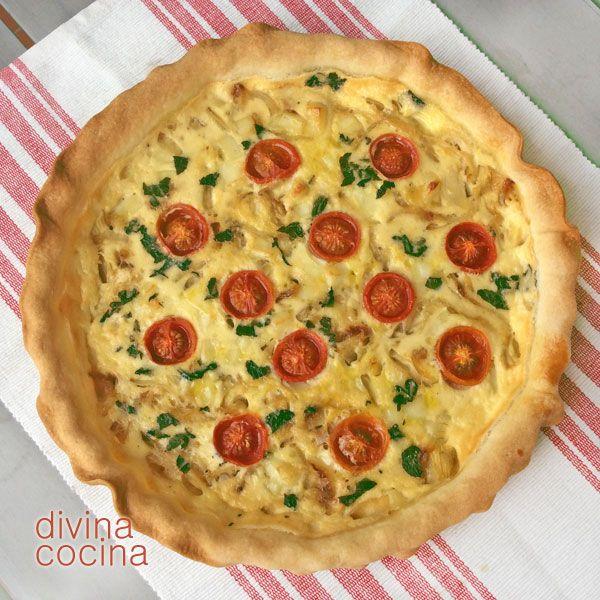 Esta quiche de queso y cebolla es un clásico de la cocina francesa. Como puedes ver en la receta se prepara en pocos minutos y puedes servir tanto en caliente como templado o frío.