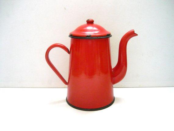 FeelingOfDejaVu sur Etsy - 40's Ancienne CAFETIÈRE ÉMAILLÉE rouge Bouilloire Théière France Vintage Années 40 - (Vintage 1940s Antique red ENAMEL COFFEE POT Tea pot Pitcher France)