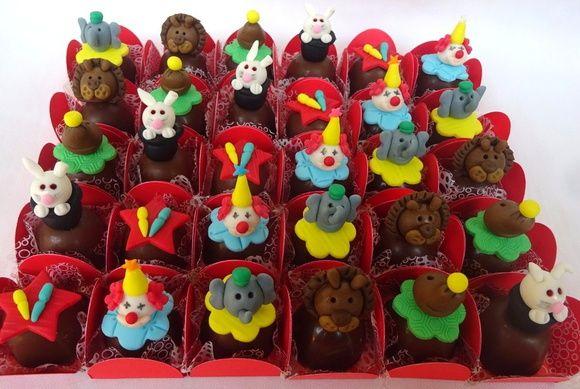 Bombons decorados circo Lindos e deliciosos bombons para enfeitar a sua festa. Utilizamos chocolate nobre de Gramado recheados de doce de leite. Consulte-nos também sobre outros temas.