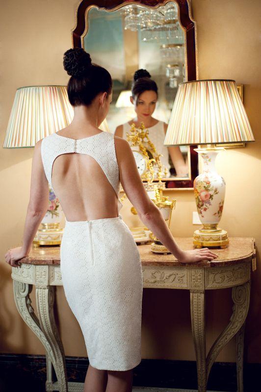 robe de mari e courte et dos nu coupe pr s du corps style glamour robe fabienne alagama. Black Bedroom Furniture Sets. Home Design Ideas