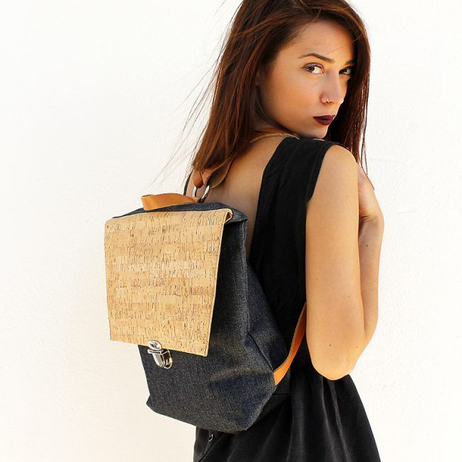 Tote backpack made of denim featuring cork. It has an interior double pocket, metal details and adjustable straps made of genuine leather in natural color.