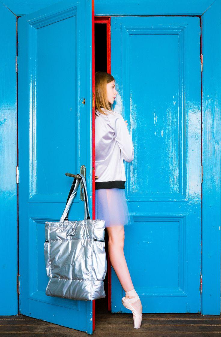 Смело добавляйте серебряные вещи в свой гардероб! В этом году они на пике моды!  На фото - Аделя Назырова Фото Алисы Аслановой Feel free to add silver items to your wardrobe!  This year they are very fashionable! Adelya Nazyrova on photo Photo by Alisa Aslanova  #balletmaniacs #balletwear #fashion #tulleskirt #silver #thisismybag #russianballet #balletbeautifulgirls #dance #colours #onpointe
