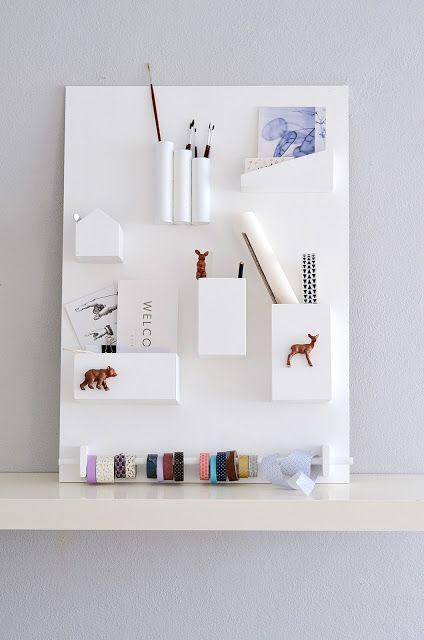 DIY wall organizer Need: - Sperrholzplatten (meine sind 6mm dick), verschiedene Größen - Acryllack + Farbrolle - Schleifpapier - Rundstab (12mm) + 2 Holzklötze - verschiede Plastikrohre, -flaschen oder Dosen. - Plastiktiere (vom Flohmarkt) - Holzleim, Kraftkleber