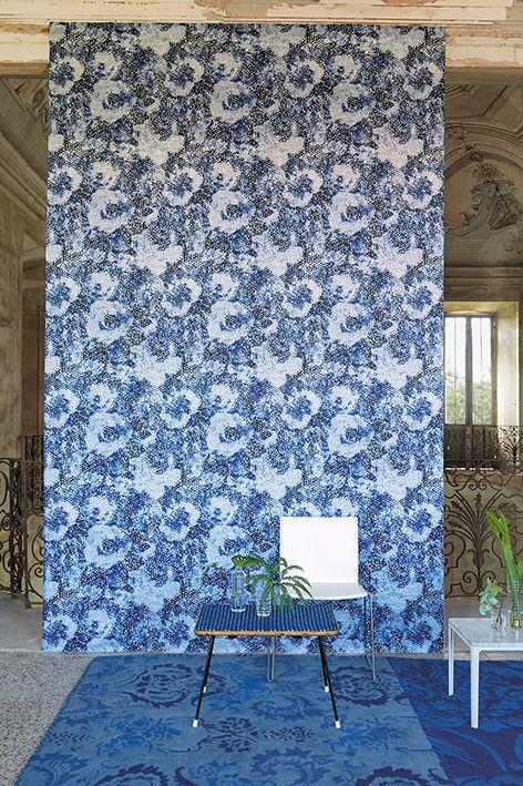 Designers Guild blommiga Palasini Tapet som ger industriell känsla med sitt diffusa mönster. __________  Blue and floral wallpaper from Deisgners Guild.