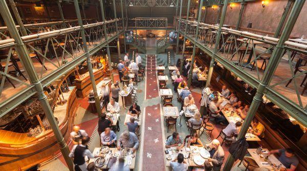 Restaurant Pakhuis Gent. Geniet van kraakverse en hedendaags getinte gerechten. Pakhuis verzorgt ook de meest royale oester- en zeevruchtenschotels.