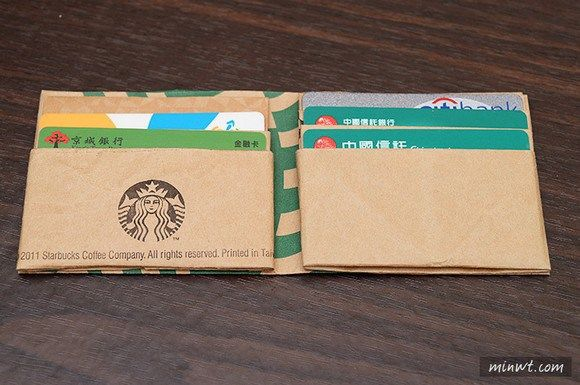 DIY Starbucks bag wallet origami.   Video tutorial: http://www.youtube.com/watch?v=Jf06V-HMycY  Source: http://en.rocketnews24.com/2014/09/08/lifehack-transform-a-starbucks-paper-bag-into-a-fully-functional-wallet/