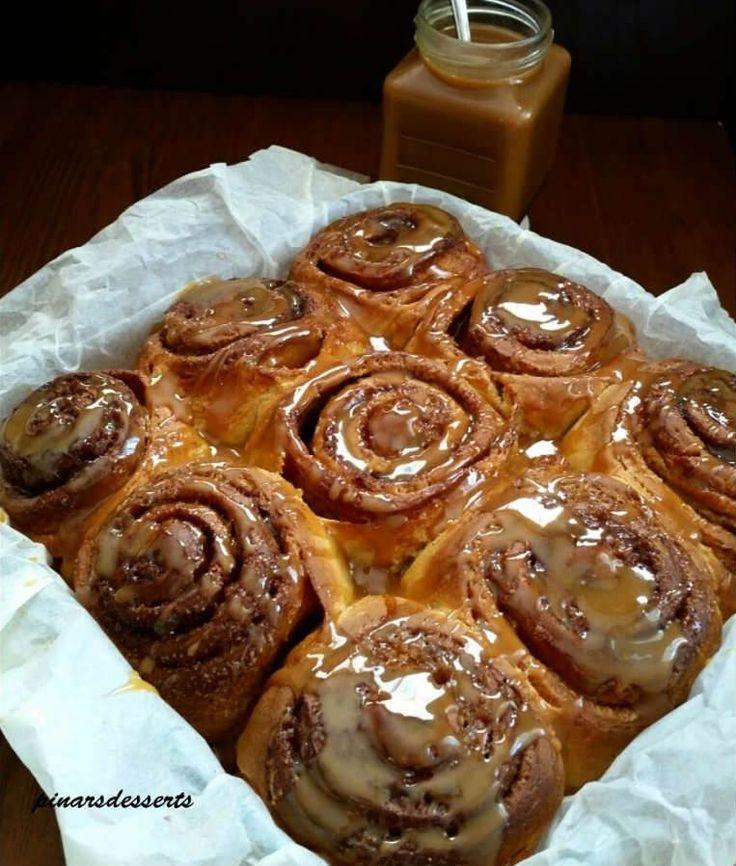 """Süt Reçeli Soslu Tarçınlı Çörek - Pınar Ünlütürk #yemekmutfak Amerika'nın meşhur tarçınlı çörekleri""""Cinnamon rolls"""" bizim damak tadımıza da çok uygun bir lezzet. Pişirirken bütün evi mis gibi tarçın kokusu sarıyor. Yumuşacık ve son derece lezzetli olan bu çörekleri çok seveceksiniz. Tarçınlı çörekleri sade olarak yiyebileceğiniz gibi aşağıda tarifi verilen dulce de leche (süt reçeli) dökerek de yiyebilirsiniz."""