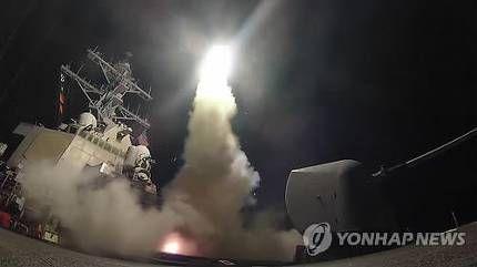 지중해 동부 해상에서 시리아 중부 홈스 인근의 알샤이라트 공군   비행장을 향해 토마호크 미사일을 발사하는 미군 구축함 [연합뉴스 자료사진]