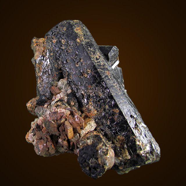 Les minéraux - Québec: Maniwaki - Cristal d'augite avec agrégat de titani...