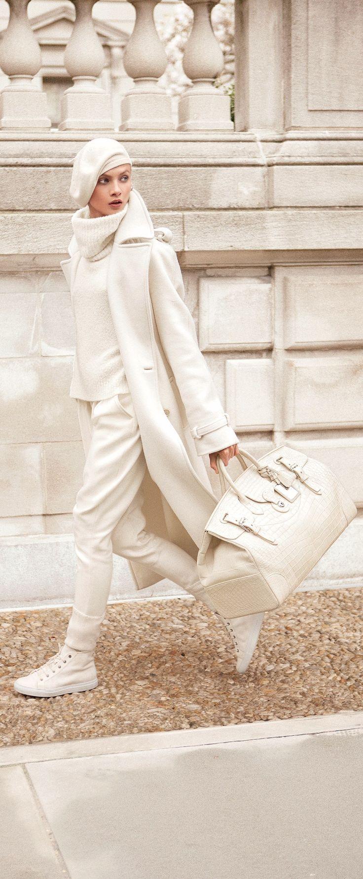 Confectionné en luxueux mélange de soie et cachemire, notre trench-coat Stamford de la Ralph LaurenCollection pour femmes arbore une silhouette légèrement surdimensionnée d'inspiration masculine et des boutons en corne véritable.