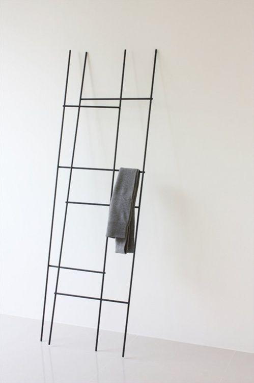 Stalen handdoekrek. Origineel decoratief element. Voor staal in interieur kijk op www.dezonnekamer.nl