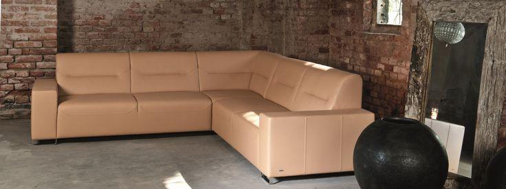 PHONTOS Velice pohodlná sedací souprava se zajímavým střihem, šitím a prošíváním, které vynikne nejen v koženém provedení, ale i v potahové textilii s jednoduchou strukturou. Z jednotlivých dílů si můžete sami sestavit pohovku vyhovující vám i vašemu interiéru.