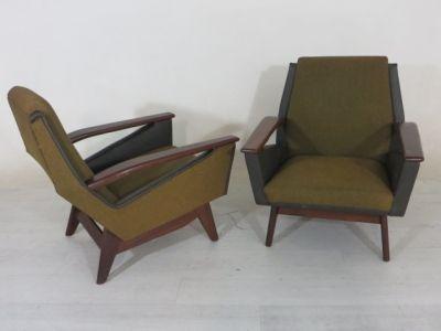 2 Vintage fauteuils in groen tinten met een teak houten frame. De fautuils zijn licht beschadigd door gebruik.