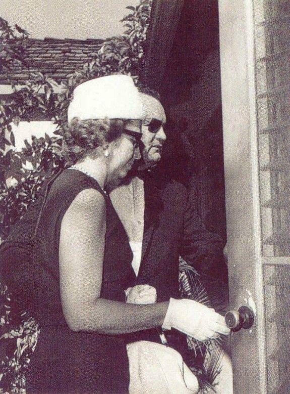 Le mardi 7 août 1962, la police de Los Angeles et celle de New York font l'inventaire des fourrures et des bijoux de Marilyn Monroe. Ils...