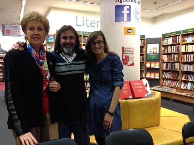 El hada madrina de este álbum de poesía ilustrada, Mª Rosa Serdio, con Aurelio González Ovies y Ester Sánchez en La Casa del Libro (Oviedo).