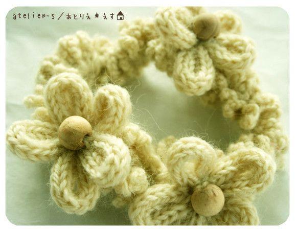 フランス*かわいいリリアン編みのお花の毛糸シュシュです。生成りの羊毛100%の毛糸をかぎ針で編んだシュシュに、リリアン編みで作ったかわいい3個のお花のモチーフ...|ハンドメイド、手作り、手仕事品の通販・販売・購入ならCreema。