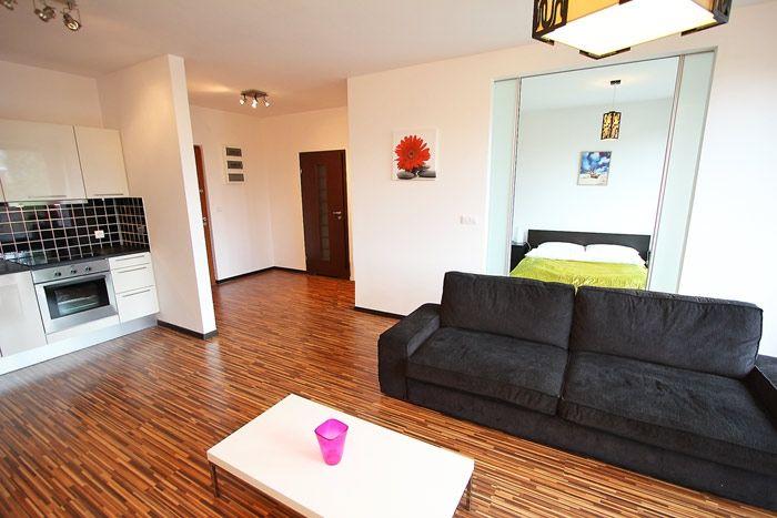 COSMO to przestronny apartament w Warszawie, usytuowany przy ul. Emilii Plater. Zaprojektowany w nowoczesnym, minimalistycznym stylu i utrzymany w ciepłej kolorystyce. Lokalizacja apartamentu jest idealną bazą do zwiedzania Warszawy z racji swej centralnej lokalizacji blisko Dworca Centralnego, stacji metra oraz innych środków transportu. 2 pokoje, 56 m², 5 piętro. Więcej na: http://www.capitalapart.pl/warszawa_apartamenty/apartament_emilii__plater #apartamenty #warszawa #warsaw #apartments