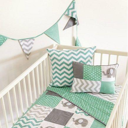O verde é uma cor que vem ganhando cada vez mais espaço na decoração do quarto de bebê. Muito procurada pelas mamães que buscam um pantone neutro, sem distinção de gênero, a cor ganha um frescor novo na versão menta. A tonalidade parece ser feita para esse tipo de decoração. Fica leve, foge do convencional e esbanja fofura. Prepare-se para suspirar com lindas inspirações para o quarto de bebê verde menta!