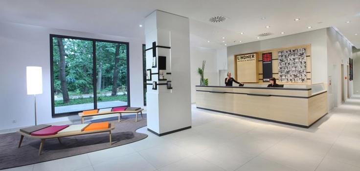 Proyecto Hoteles, bancos modelo Airbench de Quinze and Milan realizado con estructura en madera roble natural y asientos en espuma de poliuretano FoamQM. Mobiliario de diseño para oficinas, restauración, hoteles y contract. (Espacio Aretha agente exclusivo para España)