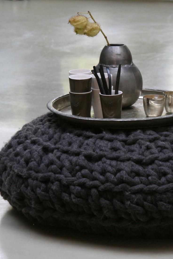 Gehaakte poef. Vergrijsd bruine ( onze favoriete kleur) gehaakte poef van dikke pure wol, met leren onderkant. Deze gehaakte poef staat voor; puur, basic, comfort en behaaglijkheid.