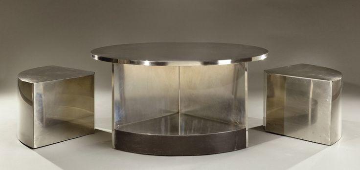 Maria Pergay (née en 1930), table Tambour, vers 1970, surface entièrement recouverte de lames d'acier inox satiné et bandeaux de cuir noir, deux éléments encastrables, diam. 99 cm. Frais compris : 79 050 €. Vendredi 20 mars, salle 1-7 - Drouot-Richelieu. Aguttes SVV. M. Plaisance.