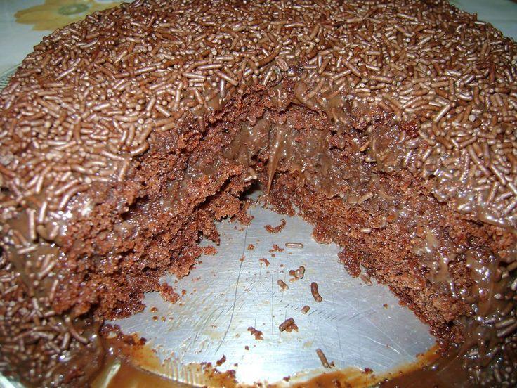 Para o bolo: 2 ovos 1 colher (sopa) de margarina 1 xícara (chá) de açúcar 1/2 xícara (chá) de leite morno 1 xícara (chá) de farinha de trigo 4 colheres (sopa) rasas de chocolate em pó 1 colher (sobremesa) de fermento Para o recheio: 1 e 1/4 lata de leite condensado 3 colheres (sopa) bem …