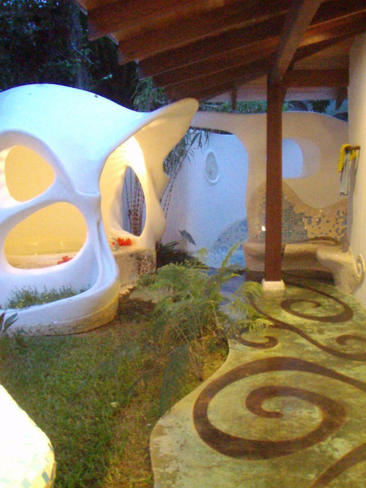 parte exterior bao estil gaud jacuzzi cubierto y ducha al aire libre si quieres