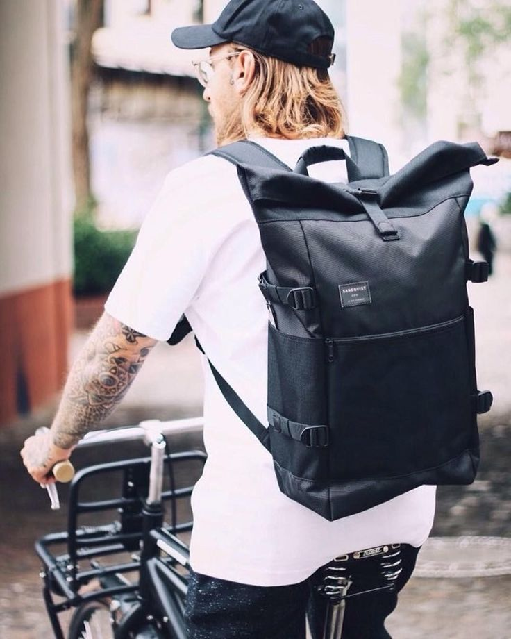 Our instagram is a great source of style inspiration and great combinations with our bags. In this one: our backpack Fabian looking fantastic on a bike.