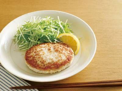 大庭 英子さんの鶏ひき肉を使った「鶏ひき肉と豆腐のハンバーグ」のレシピページです。豆腐がつなぎ役にもなって、しっとり柔らかなハンバーグができ上がります。タネは豆腐と鶏肉、調味料を混ぜるだけの簡単レシピです。 材料: 鶏ひき肉、木綿豆腐、A、レモン、水菜、サラダ油