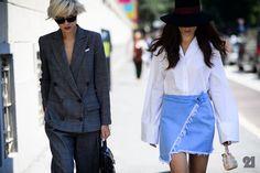 By Malene Birgers klædelige buksedragt er skåret med stræk, der giver en behagelig pasform. Den afslappede silhuet med silkedetaljer er fuldendt med elastik i taljen, indsnævrede ben og slå-om-effekt foran med hakrevers, og den fungerer lige godt med flade sko eller hæle.