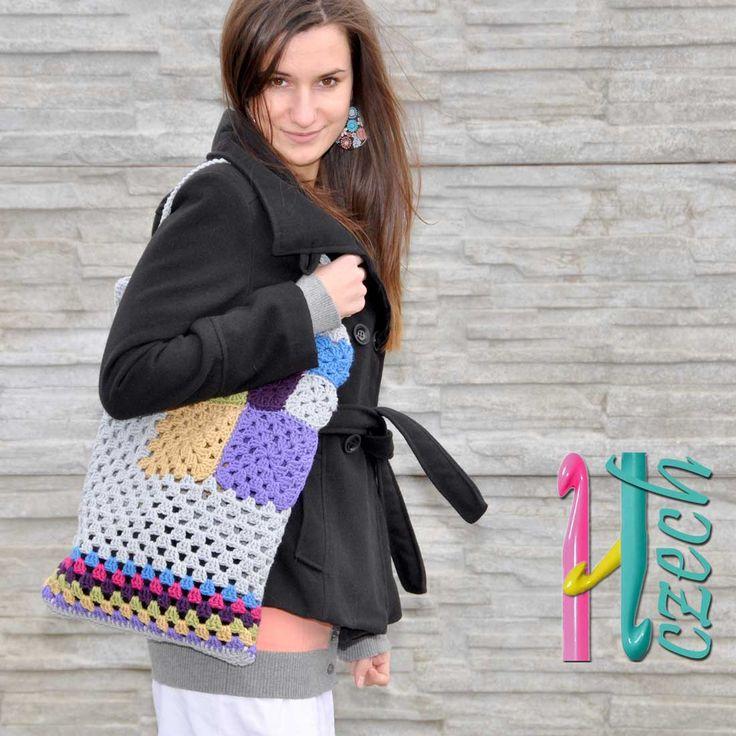 AKCE - Háčkovaná taška ala patchwork šedá. Pro toto zboží je k dispozici návod. Háčkovaná taška z pevného akrylového materiálu, pěkně drží tvar, velká prostorná vmodro - barevnémprovedení. Lze nosit jak v ruce, tak přes rameno. Rozměry36 krát 46 cm.