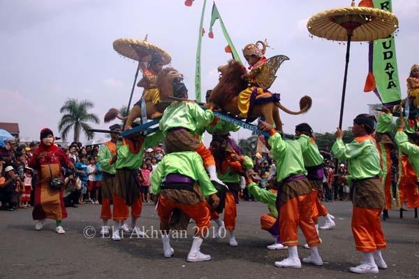 Sisingaan dance for circumcision boys
