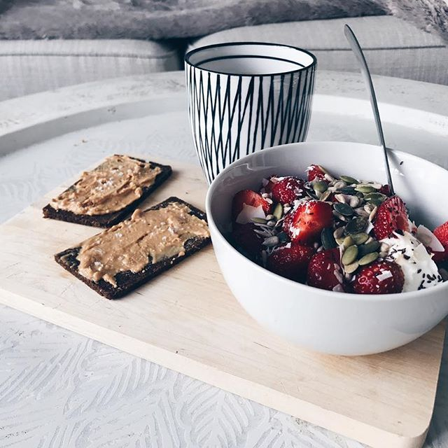 Midsommarfrukost 🍓☕️ #strawberries#midsommer#breakie jordgubbar pumpafrö rågbröd jordnötssmör Fröknäcke macka knäckebröd kvarg yoghurt