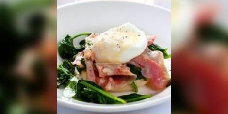 Salade van cantharellen en gepocheerde eieren