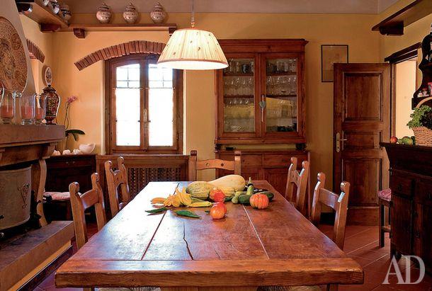 Традиционная тосканская кухня с камином и керамикой из Сарзаны. На столе — овощи с собственного огорода.