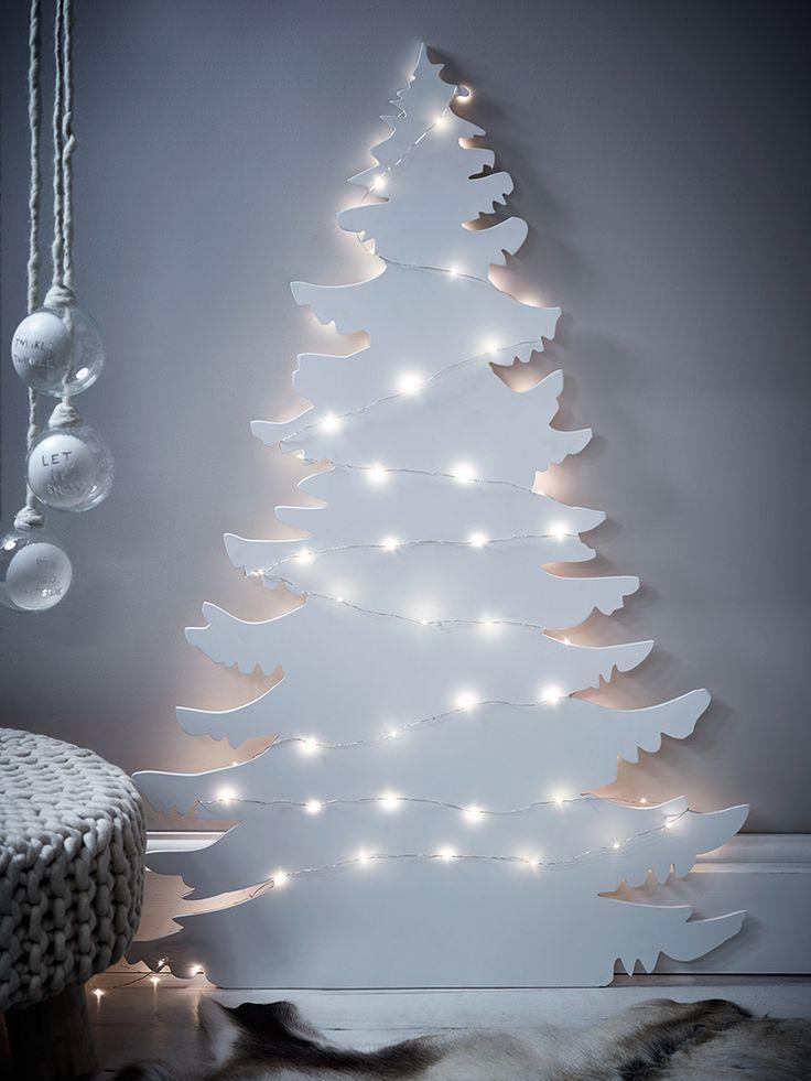 Houten kerstboom wit met lampjes voor een strak interieur voor de feestdagen!