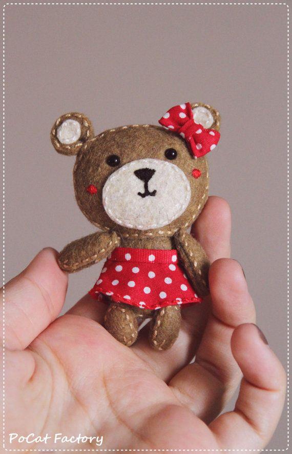 Felt Pocket bear doll brooch keychain magnet totem por PoCatFactory