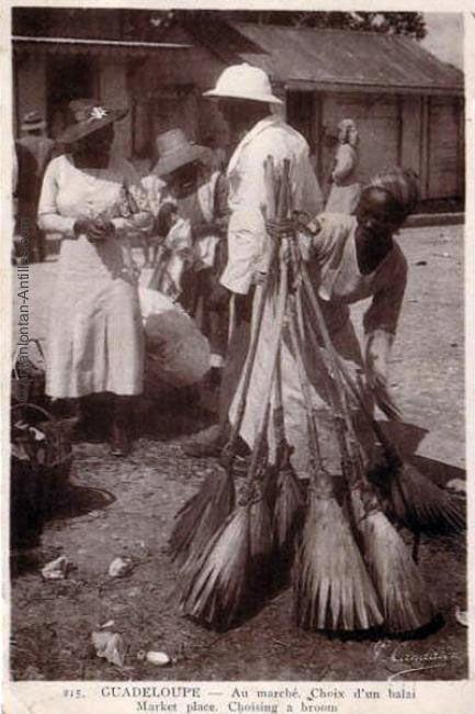 Marchande de balais au marché.