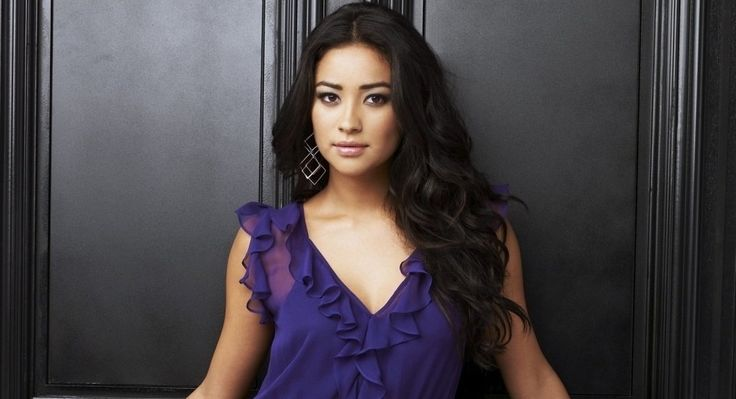 Pretty Little Liars : Shay Mitchell fait tomber le haut sur une plage nudiste ! #PrettyLittleLiars, #ShayMitchell
