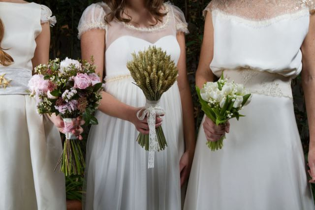 Peonies, rustic bouquet and white tulipans, Cute shooting from las bodas de Tatin