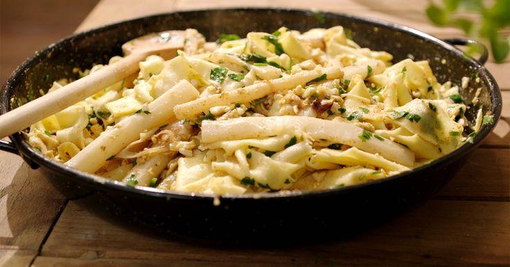 Jeroen maakt vandaag een bijzondere combinatie klaar: zelfgemaakte pasta met schorseneren 'à la flamande' – een duidelijk knipoog naar asperges met geprakt ei en gesmolten boter.Voor het pastadeeg gebruikt hij semola, een fijn griesmeel dat voor een gemakkelijker te bewerken deeg zorgt dan de typische 00-bloem. De verhouding voor een goed pastadeeg is altijd 1 ei op 100 gram bloem.Extra materiaal:Keukenmachine met K-vormig hulpstuk en met kneedhaakPastamachine